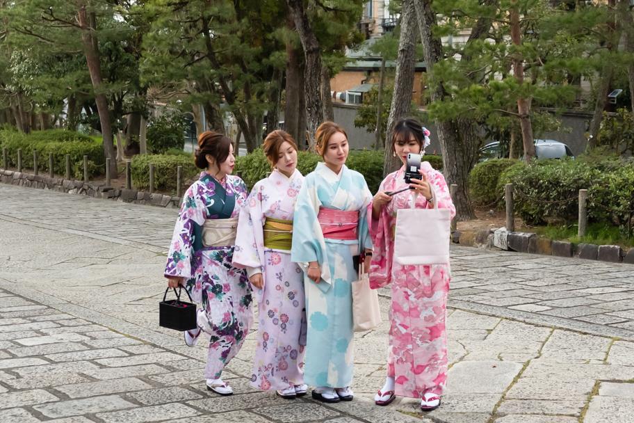 Tourist geishas taking selfie in Kyoto, Japan  Barbara Cameron Pix   Food & Travel Photographer